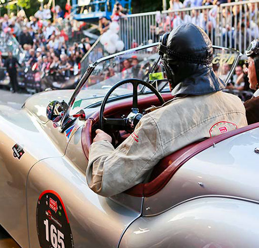 The automobile manufacturers permitted to participate in the Mille Miglia are those having at least one model that took part in one of the speed editions between 1927 and 1957. 400 cars are carefully selected.