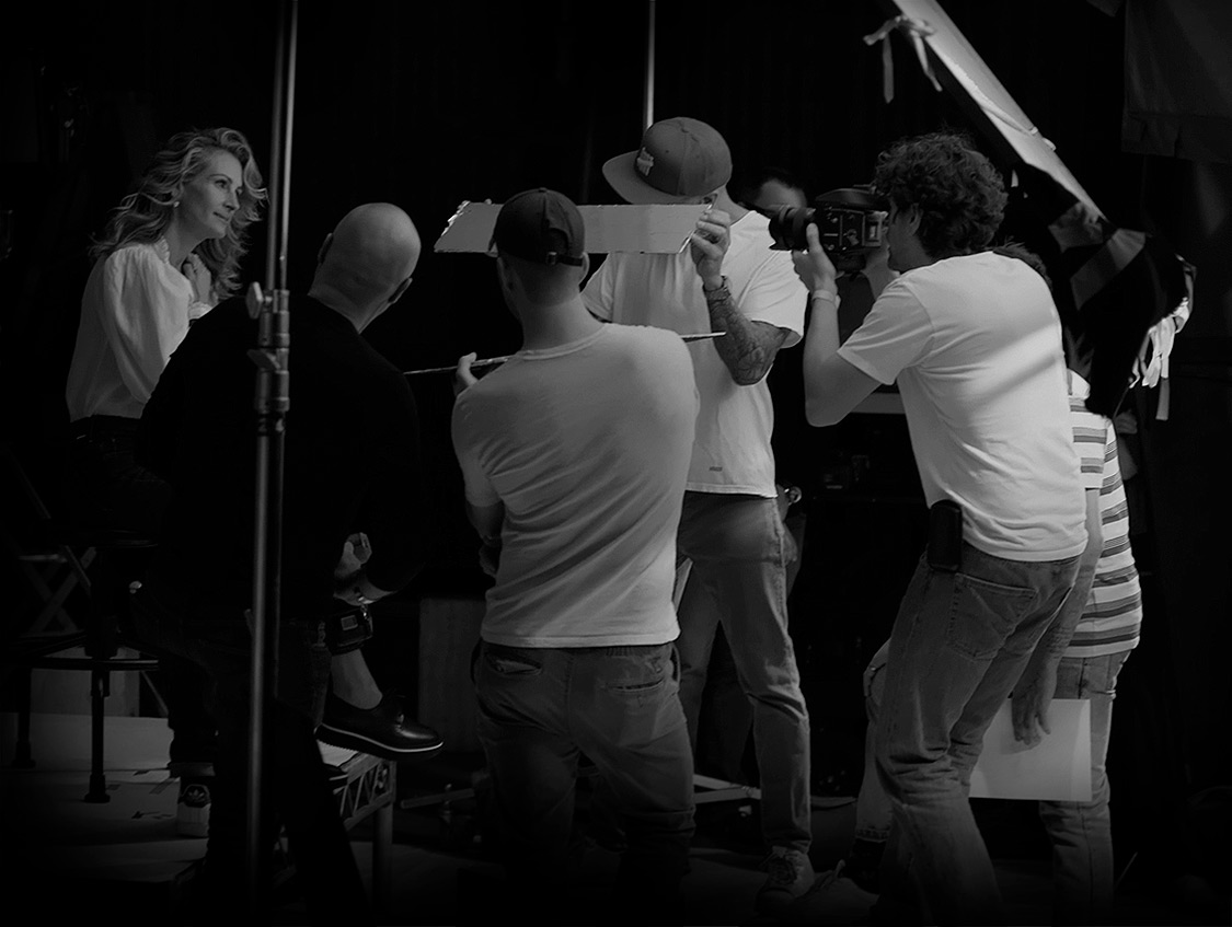 Behind the scene, picture of julia roberts who is surrounded by 4 photograph