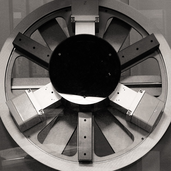 Close-up in black and white of the Fleuritest machine, which reproduces the conditions of use of a watch.