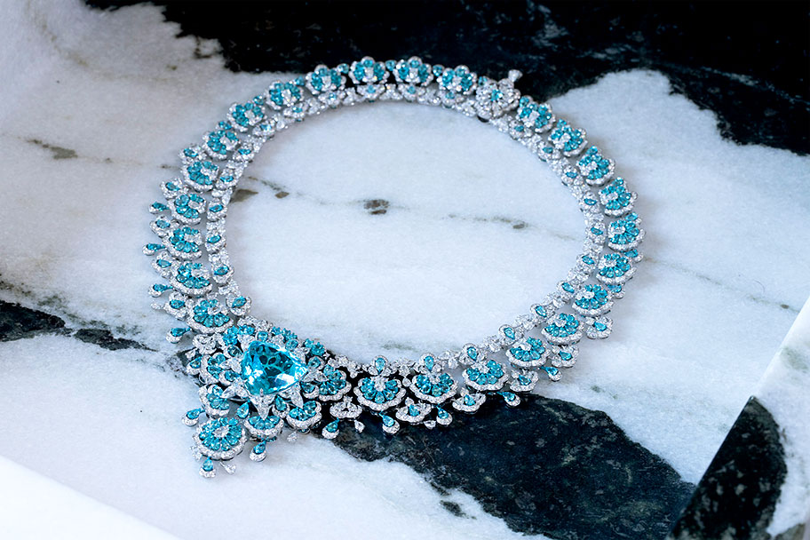 Precious Lace collection has featured exquisite interlacing in which the brilliance and energy of gemstones