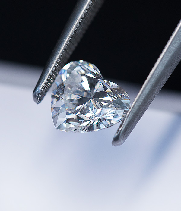 Amazing diamond between the tips of a tweezers